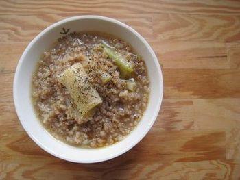 玄米を炊いた日に。ネギと一緒におかゆスープを作ってみませんか?寒い冬の季節には、風邪対策にも良いレシピです。