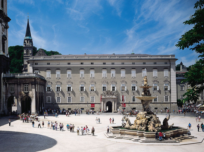 歴代の大司教が居住していたレジデンツは、1619年に完成した宮殿です。歴代の大司教が政務を行っていたレジデンツは、現在、博物館となっており、内部を見学することができます。