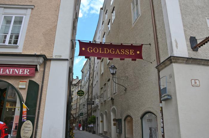 大勢の観光客で賑わうゲトライデ通り以外にも、ザルツブルク旧市街には魅力的な小路がたくさんあります。石畳が敷かれた小路、ゴルド通りもその一つです。