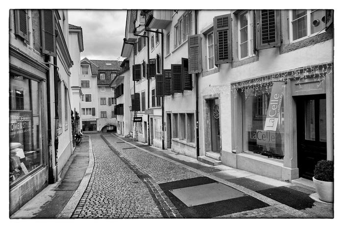 ゴルド通りに一歩足を踏み入れると、まるで中世にタイムスリップしたような錯覚を感じます。木枠の窓がある古い家々と石畳の路地が織りなし、ゴルド通りは中世から変わらない佇まいをしています。
