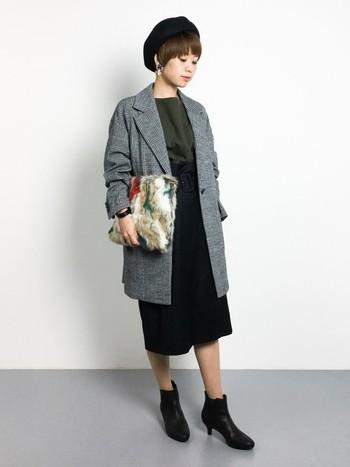 タイトスカートの上品スタイルに、チェックのジャケットコートを合わせてちょっぴりパーティー
