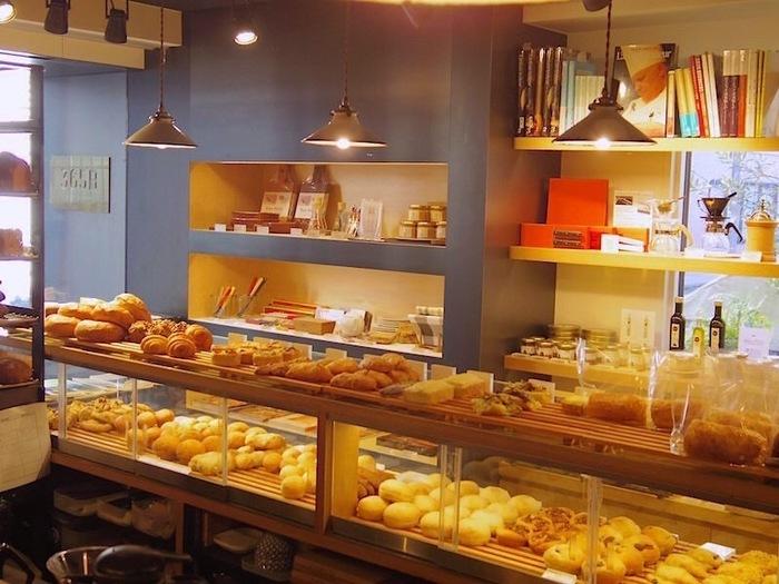 お店に入るとかわいらしい形のパンがインテリアのようにおしゃれにディスプレイされていて、パンを買おうとする人達でいつも賑わっていますよ。