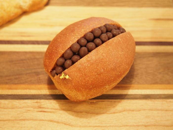 クロッカンショコラは365日でも人気のメニューです。  コッペパンにチョコのクリームが挟まれていて、その上には粒のチョコレートが乗っかり柔らかさとサクサクした食感の両方を味わえますよ♪