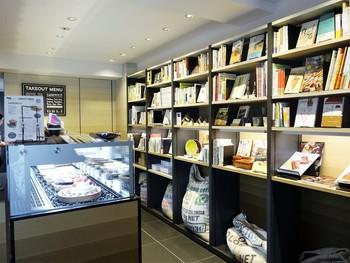 店内には「食」に関する本もおしゃれに並べられています。
