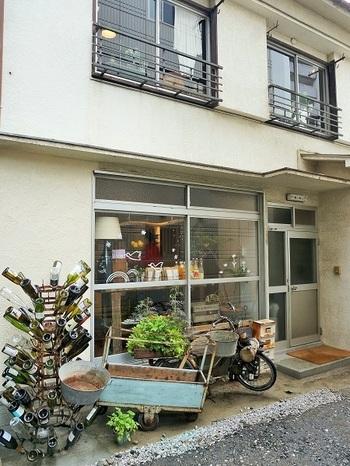 小田急線「代々木八幡」駅から歩いて3分ほどの路地を入った場所にあるmimetは家にいるようにホッと出来て、優しい気持ちになれる古民家を改装したカフェです。