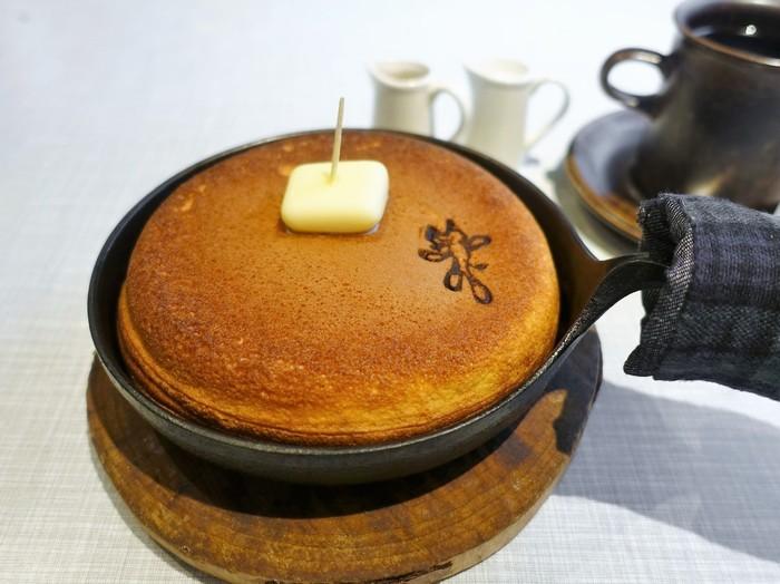 おすすめはホットケーキです♪表面はふわっとしていて、食べると口触りはとても柔らか。ハチミツをかけて頂きます。