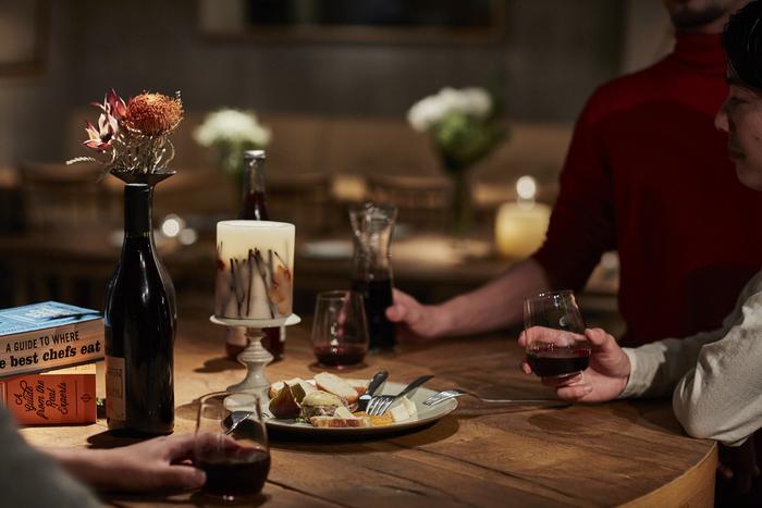 夜になると昼間とは違うムードある雰囲気に。大切な人たちと一緒に美味しいワインやビールを味わうのにピッタリのお店ですよ。