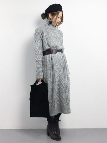 ざっくりしたケーブル編みのニットワンピは、ウェストの太めベルトでスタイルアップ。レースアップブーツで、やわらかく女性らしいスタイルに。ハイネックのときは、すっきりまとめたおだんごヘアがバランス良くて◎!