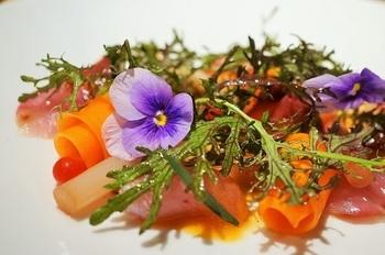 ハイセンスなスタイルで料理と一緒に花を添えたり、彩り豊かな一皿がGrisの人気の理由かもしれません。