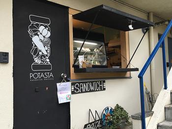 小田急線の「代々木上原」駅から歩いて6分ほどの場所にテイクアウト専門のおしゃれなサンドイッチ店「POTASTA」があります。