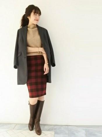 タータンチェックのタイトスカートを主役にした、冬のデートコーデ。深みののあるブラウンのロングブーツは、色味・丈、共にスカートとバランスが良く、上品なスタイルに仕上がっています。