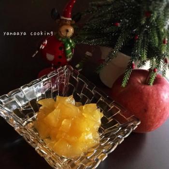 材料は皮をむいたりんご、砂糖、レモン汁のみ。炊飯器に材料をすべて入れて、揉みこみ砂糖とレモン汁をりんごに馴染ませたら、「早炊きモード」のスイッチオン。それだけで美味しいりんごジャムのできあがり♪
