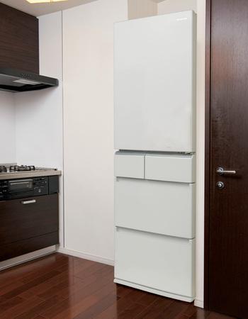 10月中旬に発売になったばかりのパナソニック「トシガタ・コンパクトシリーズ」の冷蔵庫「NR-E412PV」は、幅が約60cmの片開き五ドアでスリムタイプ。コンパクトなのに、こだわりの最新機能が搭載されています。食品の買物は週末にまとめ買いをしたり、日々の食事を手軽に豊かにしてくれる「常備菜」を作ったりと、忙しい毎日に追われている方におすすめの、嬉しい機能があるんです。