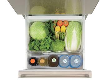 そしてもうひとつ、野菜室にも嬉しいヒミツがあります。野菜を保存する上でポイントとなる、適切な湿度管理を行う「モイスチャーコントロールフィルター」の働きによって、レタスなど傷みやすい葉野菜も、約1週間シャキシャキの状態をキープ*。さらに、野菜室・冷凍室は、引き出しが本体から100%出る「ワンダフルオープン」を搭載。奥の方まで目が届くので、しまったまま忘れちゃった…という失敗をすることもなくなりそうです。