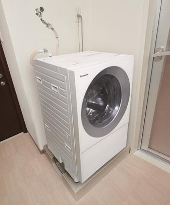 「Cuble(キューブル)」の名前で親しまれている、パナソニックのななめドラム洗濯機にも、マンションサイズがあります。「NA-VG710L/R」は、横幅・奥行きがそれぞれ約60cm*。都会暮らしでは、外に洗濯物を干せないケースも多く、部屋干しによるイヤなニオイに悩んでいる方も多いのでは?そんな、お洗濯の悩みをすっきり解決してくれる最新機能も、コンパクトなのに、しっかり搭載されているんです。シンプルを追求した、こだわりのキュービックフォルムで、水回り空間もスタイリッシュに演出できそう。  ※本体幅が60cm。手掛け部と排水ホースを含む幅は63.9cmとなります。