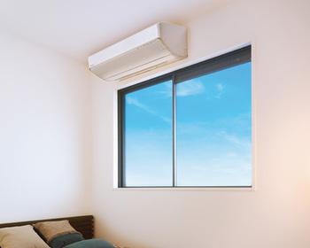 採光を考えて窓が大きく取られたお部屋や、都市型マンションに多い、梁や配管収納のための下がり天井など、限られたスペースにエアコンを設置したいときは、パナソニックの「SXシリーズ」がおすすめ。高さ24.9cmとコンパクトなだけでなく、「すこやかな暮らし」をもたらしてくれる機能や、家計に嬉しい機能も搭載されているんです。