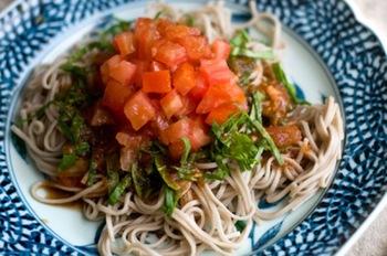 お蕎麦もいいけど、他にもいろいろなものを食べたい!というよくばりさんにおすすめです。夕食におかずの一品としてだせる、あっさりしたお味のそば。トマトの酸味が食欲を刺激します。