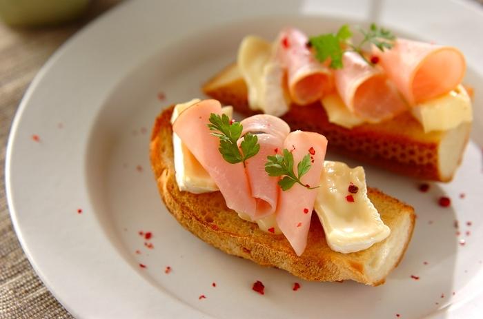 メープルシロップでほんのり甘みをつけたバケットに、塩味がおいしいハムとカマンベールチーズを合わせたタルティーヌです。タルティーヌとはフランス式のオープンサンドイッチのことで、好きな食材で作ることができます。普段の朝食でも作ってみたいレシピですね!