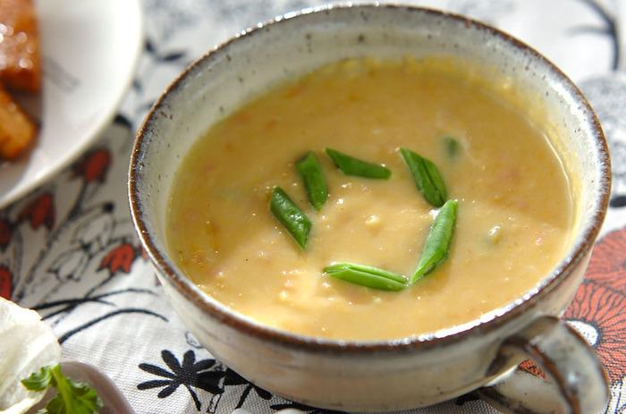みじん切りにしたハムと、トッピングのいんげんの食感が楽しめるコーンスープです。クリームコーン缶を使っているので面倒な裏ごし作業がなく簡単に作れますね!
