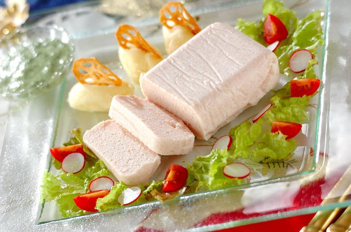 きれいなピンク色が食欲をそそる、ロースハムのテリーヌです。具材を混ぜて冷やして固めるだけという簡単なレシピなので、とっても簡単なレシピですよね。つけ合わせの野菜と一緒に味わいたい前菜です。