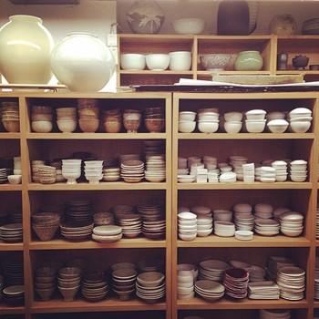 店内には天井近くにまで所狭しと食器が並んでいるので選びきれなさそうなほど。食器以外にもカトラリー類も取り揃えてあります。
