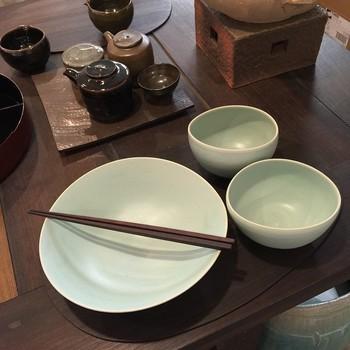 真っ白でどこか温かみのある食器。丁寧に手作りされたのがよく分かりますよね。どんな盛り付けにしようか考えるのも楽しくなります。