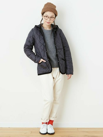 「ブラックカラーのフードキルティングジャケット」にはホワイトパンツと明るめソックスを合わせて。暗めカラーのキルティングジャケットにはあえてホワイトパンツを合わせて軽めに。明るめソックスで外すのがオシャレポイントです♡