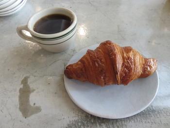 クロワッサンにコーヒーの組み合わせはモーニングやカフェタイムにぴったり♪  生地のふわふわ感と一緒にバターの風味を感じながら、幸せな気持ちになれること間違いなしです。