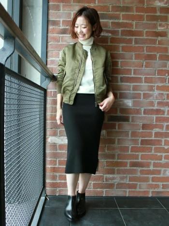 白のトップス×黒のタイトスカートにカーキのMA1を合わせて。辛口のMA1も女性らしく着こなせていますね。