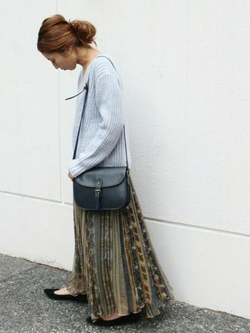体にフィットして細身に見せてくれるプリーツスカートは、ビッグニットに自然に馴染んでくれます。トップス、ボトムスを落ち着いた色でまとまると、ワンピースのような優しい印象が出ますよ。