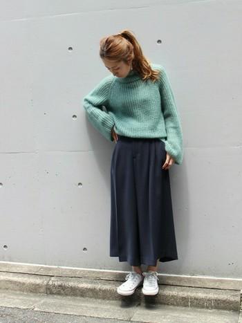 スカートにも見えるとろみ素材が女性らしいガウチョパンツ。ビッグニットはパンツにINして、袖丈とのメリハリを出しましょう。ビッグニット×ロング丈のボトムスは、どちらもゆとり感があるので相性がいいんです。