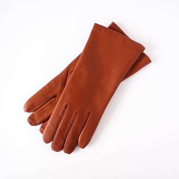 デンマーク生まれの老舗手袋メーカー「RANDERS HANDSKER(ラナスハンドスカ)」。200年以上続く、伝統的な製法で作られたラムスキン(羊の革)の手袋は、なめらかな質感や鮮やかな色合いも人気です。