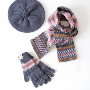 マフラーやベレー帽など、同じく最上級のシェットランドウール(※)を使ったアイテムで合わせるのもおすすめ!飽きのこないデザインだからこそ楽しめるコーディネートです。  ※シェットランド諸島に生息する羊からとれるウール