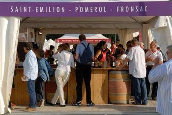 会場(公園内)にはロワール川流域の膨大な数のワイナリーが出店し、全てのワインを試飲させてくれ、勿論購入も出来ます。ただ全て試飲のするのは不可能なので、口に含んで味を確かめるだけの人も多数です。なのでグラスの残りのワインは置いているバケツなどに流し捨てます。会場内にはワインに合う料理も出店されるので、ワインを飲めない人でも楽しめますよ。 (※ワイン祭りの時期と入場料はそのお祭りによって違います)