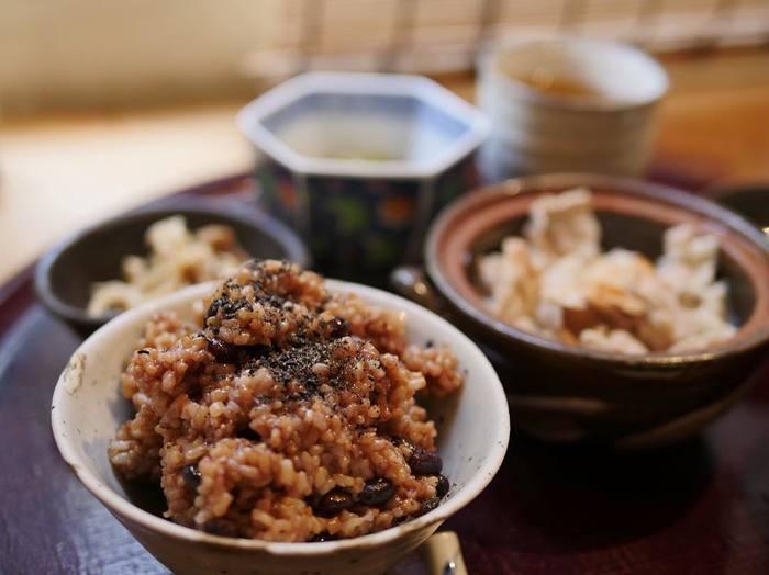 こちら「結わえる」のランチで頂けるのが寝かせ玄米です。炊き上がった玄米を3~4日間寝かせた玄米は酵素が働き、もちもちでおいしくて健康にもとってもよいのです。