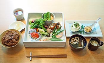こちらは豪華な「TABELKA 膳」。1日限定30色で酵素玄米も食べることができます。
