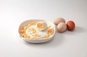 ゆで卵をおろせば、サラダのトッピングやタルタルソースに使えそうな荒刻みの茹で卵に。その他チーズやキュウリなど、適度な食感を残したままおろすことができます。