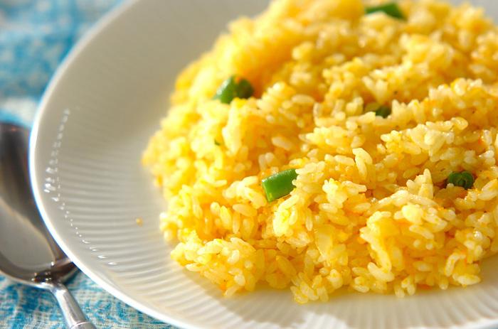 【すりおろし人参ライス】 すりおろしにんじんを使った、見た目にも色鮮やかなピラフ。炒めたお米を炊飯器で炊くだけの簡単メニューです。玉ねぎとバターの甘みで子供も食べやすい味付けです。