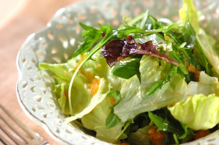 【キャロットドレッシングサラダ】 生の人にんじんの風味を生かしたドレッシングもおろし人参で簡単に作ることができます。いつものサラダが、ちょっとオシャレした鮮やかなサラダに変身しますね。