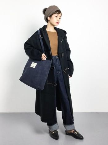 ロングダッフルコートにデニムとニット、ベレー帽とビットローファーを合わせたトレンドコーディネート。暖かそうなポンポンつきのベレー帽を取り入れるだけで、一気に女性らしくなりますね♪ ボトムスはデニムですが、きちんと感があるのでお出かけにも使えそう◎