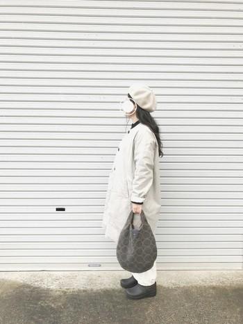 ベージュ、ホワイト系のナチュラルカラーでまとめたリラックスコーディネート。ミナペルホネンのデザインバッグが主役になった、優しい雰囲気のスタイルですね。