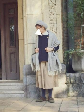 たっぷりとしたプリーツのふわっとしたスカートとニットのあったかコーデに羽織って。今季流行のベレー帽×眼鏡のコーデにもぴったりマッチしますね♪