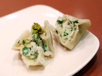 豚肉はお店の定番と言われている大根と搾菜の組み合わせ、そしてスパイスが効いた食欲をそそうカレー風味と、人参の水餃子から選べます。