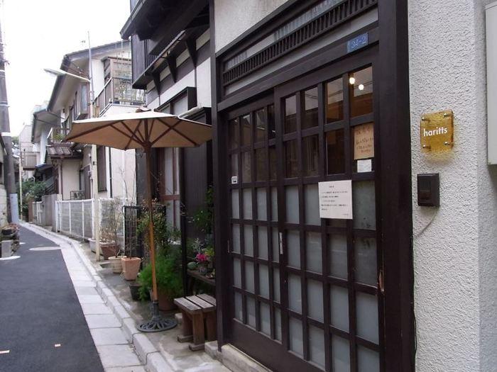 小田急線の「代々木上原」駅から歩いて3分ほどの路地を入った住宅街に、和な外観のお店が目に入ってきます。 こちらはハリッツという名前で、手作りドーナツの専門店なんです。