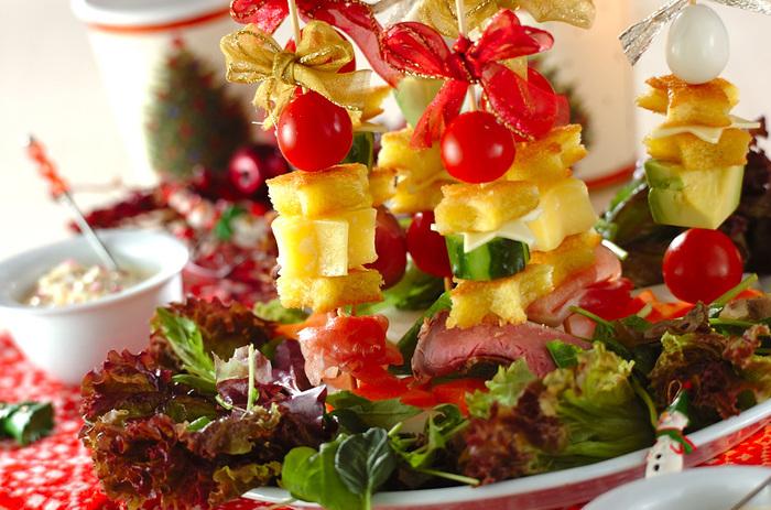食パンやチーズを星型にくり抜いて、クリスマスツリーのような華やかなピンチョス。串にもリボンを飾れば、テーブルがより華やぎます。