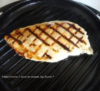 鶏胸肉に塩麹を塗って、じっくりマリネしてから焼くレシピです。漬けておけば後は焼くだけ!塩麹のおかげで、食材がふんわり柔らかく、さらに旨味が引き出されて美味しくなるのも嬉しいポイント。焼いた後もサラダなどへの二次活用ができますので、ちょっと多めに作って作り置きしておくと良いですね。
