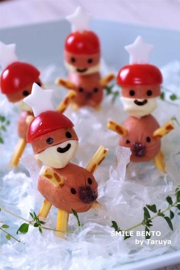 削りかまぼこの雪の上に、なんとも愛らしいトナカイに乗ったサンタさんたち。そのまま食べられる材料を使えば、あとはデコだけ。子供もきっと大喜びするでしょう。