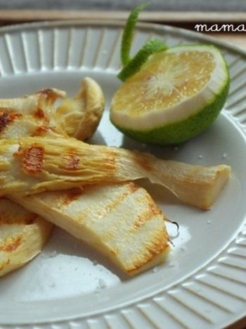 独特の歯ごたえがあることなどで知られる「白麗茸(はくれいたけ)」をグリルして、塩やカボスの味付けで食べるシンプルレシピ。素材のおいしさを存分に味わえるでしょう。ほかのお好みのキノコで試してみるのも良いですね♪