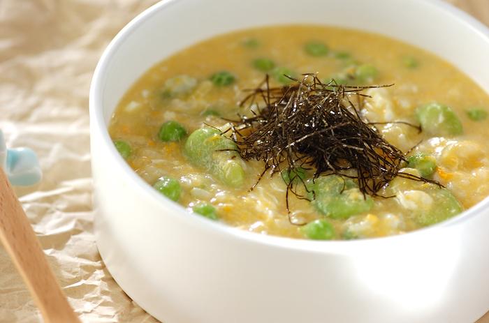 エンドウ豆、ソラ豆と鶏ささみも加えるのでおじやでも腹持ち◎朝から栄養もしっかりとれますね。仕上げにふんわり卵を加えて召し上がれ♪