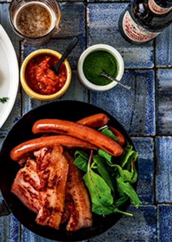メインのウインナーやベーコンはフライパンで焼くだけ!見た目がボリューミーなので、パーティー料理などにもおすすめです。シンプルレシピに合わせたこだわりのソースが魅力♪